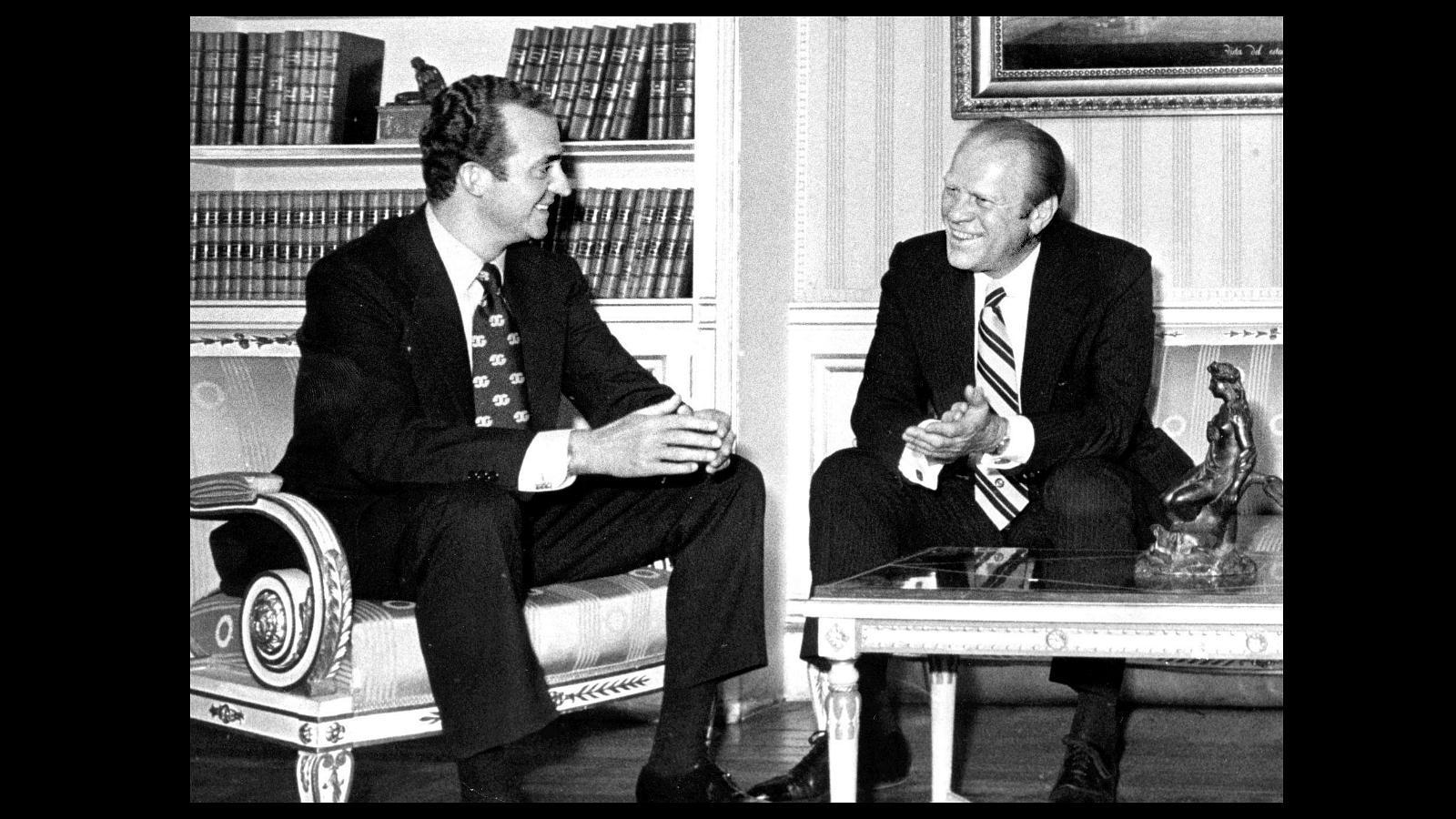 El primer presidente de Estados Unidos con el que se reunió el Rey Don Juan Carlos fue Gerald Ford, cuyo mandato abarcó desde 1974 a 1977
