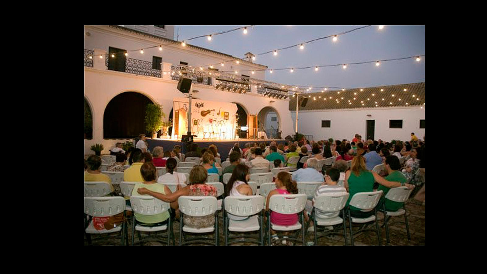 «Los veranillos del Alamillo» son talleres infantiles, espectáculos de magia, teatro, cine, etc. en el patio del Cortijo del parque del Alamillo