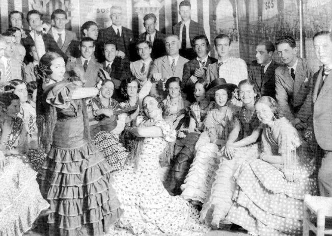 Mujeres vestidas de flamenca en 1934. Sánchez del Pando.