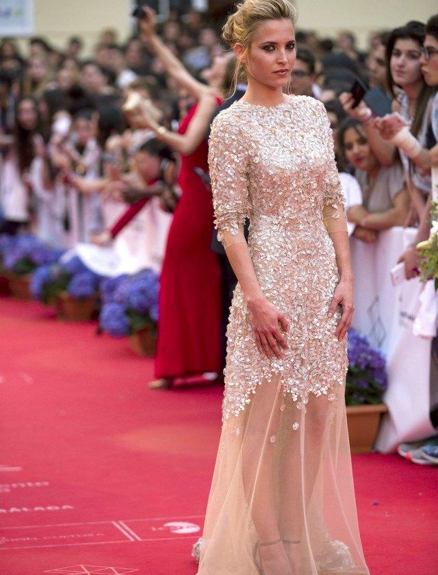 Dulce diseño de Santos Costura el que luce la actriz Ana Fernández. EFE