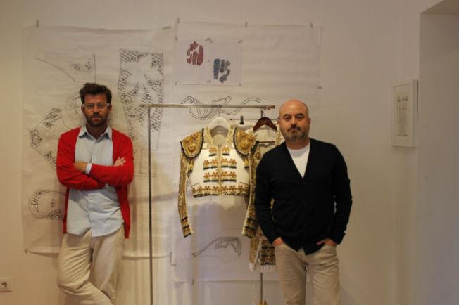 Los diseñadores Fernando y Antonio García con el traje que han creado para Lama de Góngora