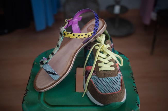 Calzado deportivo y sandalia plana de piel print animal de la firma Giosseppo