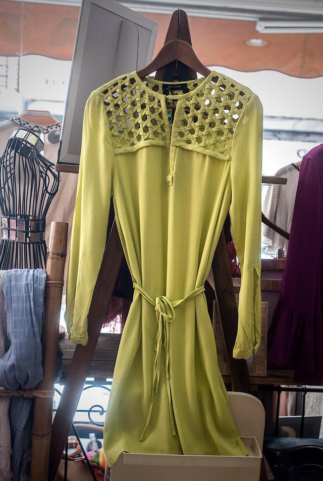 Vestido de seda amarillo de manga larga con cinturón de la firma Mia Donna
