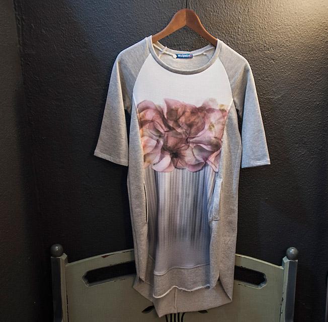 Vestido camiseta gris de algodón con serigrafía de flores de la firma Waipai