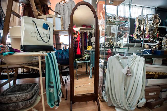 Variedad de estilos en prendas, accesorios y piezas de decoración