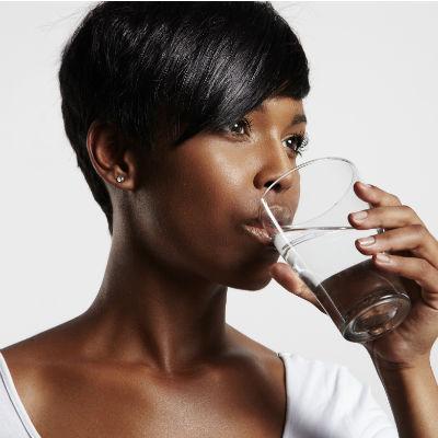 Uno de los consejos es beber más agua y menos líquidos como refrescos, alcohol, etc