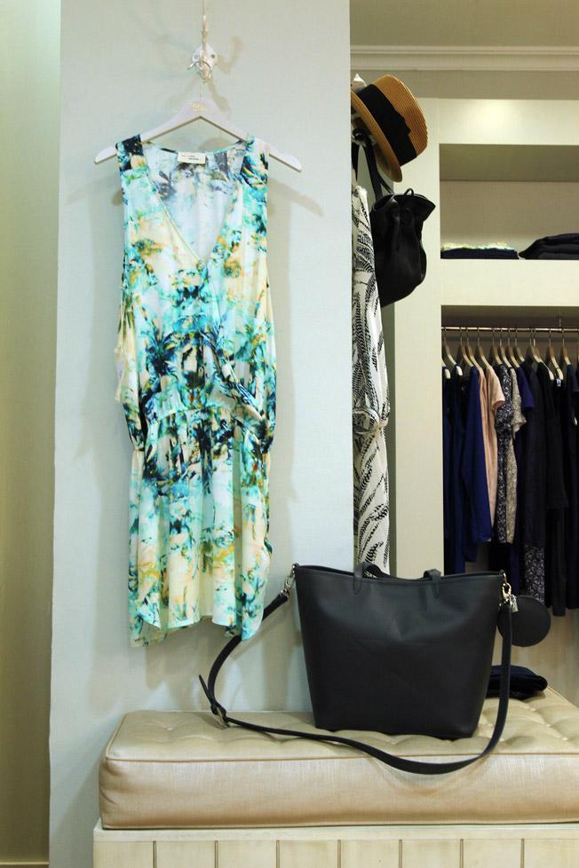 Vestido estampado con cintura elástica y bolso shopper de piel