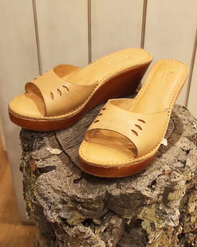 Zuecos con suela de madera de la firma Rabens Saloner