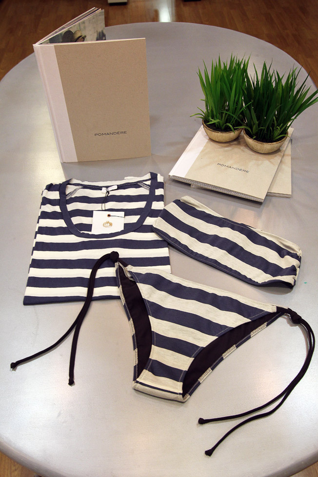 Camiseta y bikini bandeau rayas navy de Pomandere