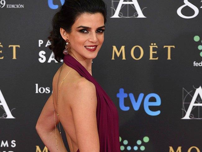 Clara Lago en los Goyas 2015 con vestido color marsala