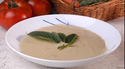 Crema fría de aguacate, pepino, tomate y yogur