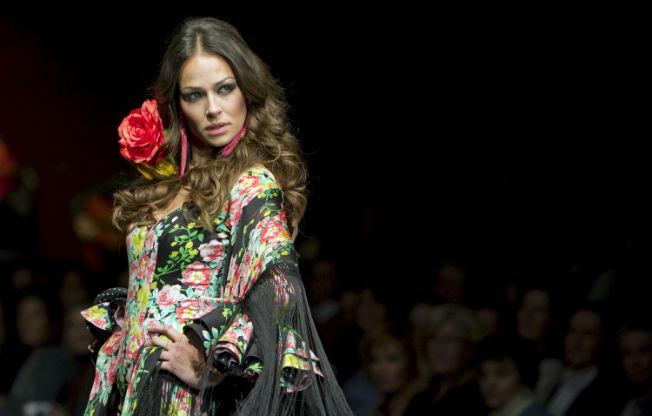 Eva González en SIMOF 2011 desfilando con diseño de Pilar Vera. EFE
