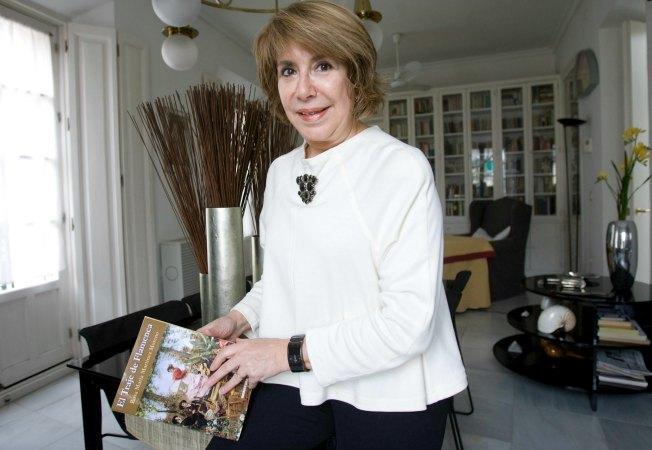 Rosa María Martínez posa con su libro. ABC