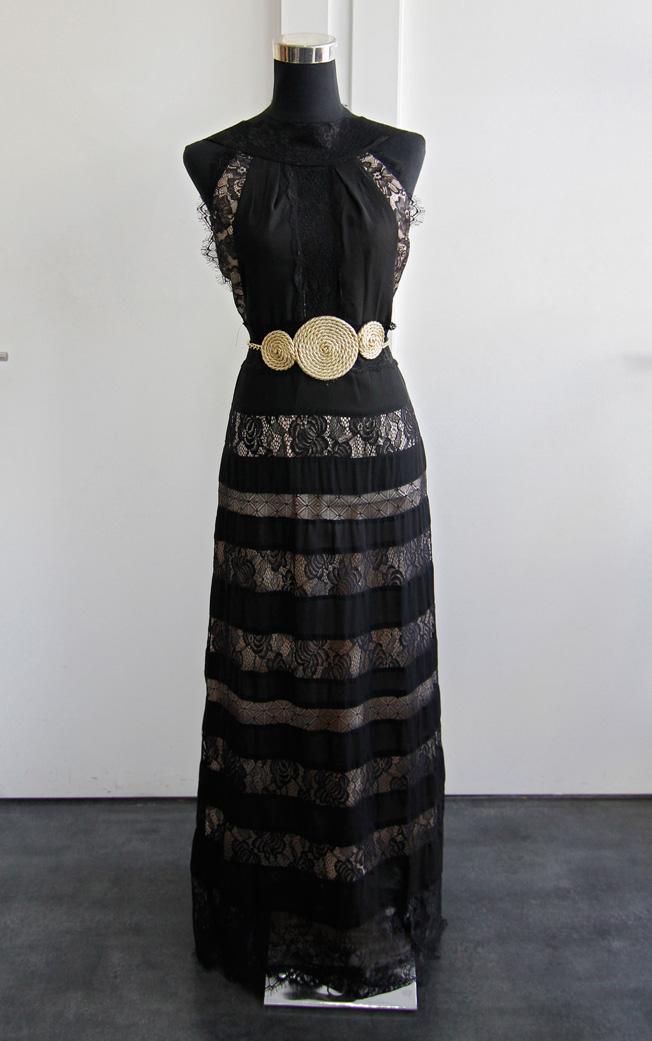 Vestido largo Cocoa de encaje negro y espalda abierta con cinturón dorado de cordón y cadena