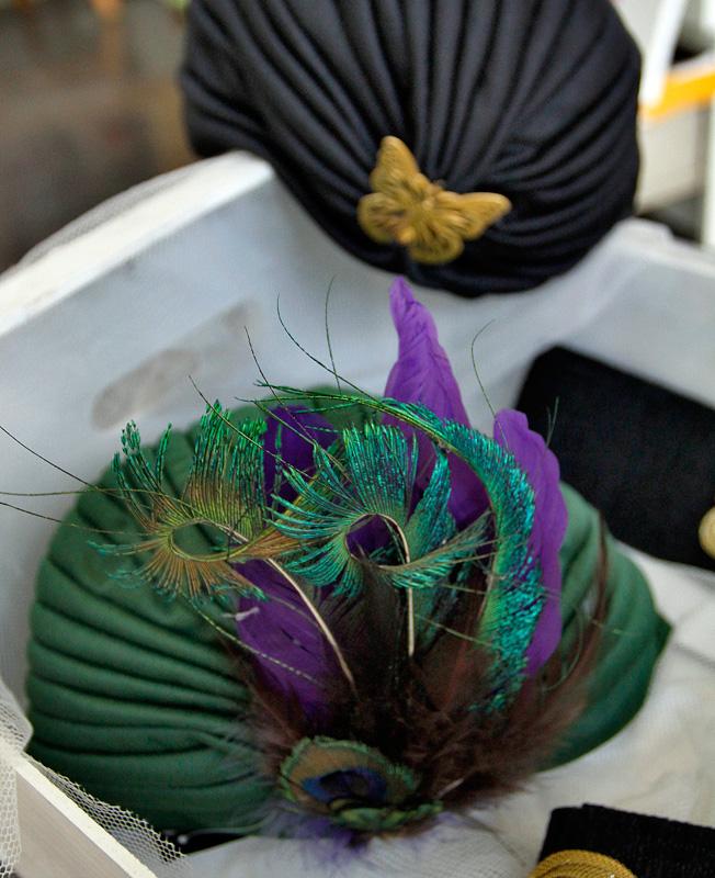 Turbantes con plumas y broche de mariposa