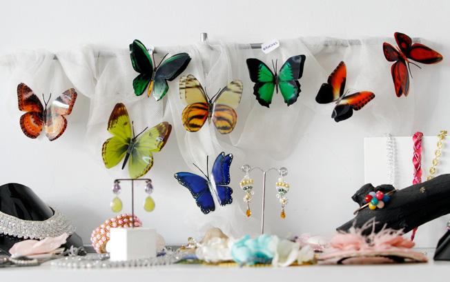 Broches artesanales de mariposas y pendientes de piedras de colores