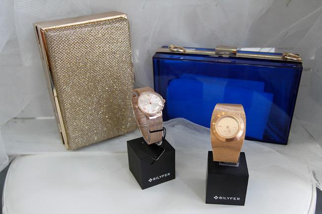 Colección de bolsos metálicos en dorado y azulina transparente, y relojes Bylifer de malla en oro