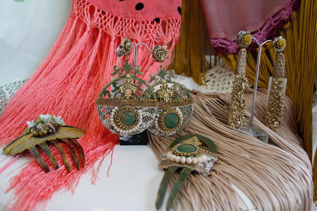 Mantoncillos de seda lisos y estampados de lunares, peinas y pendientes realizados con piedras y cristales
