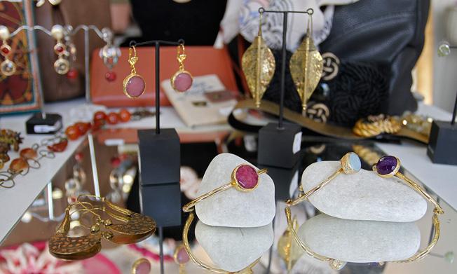 Colección exclusiva de accesorios bañados en oro con incrustación de piedras naturales de colores