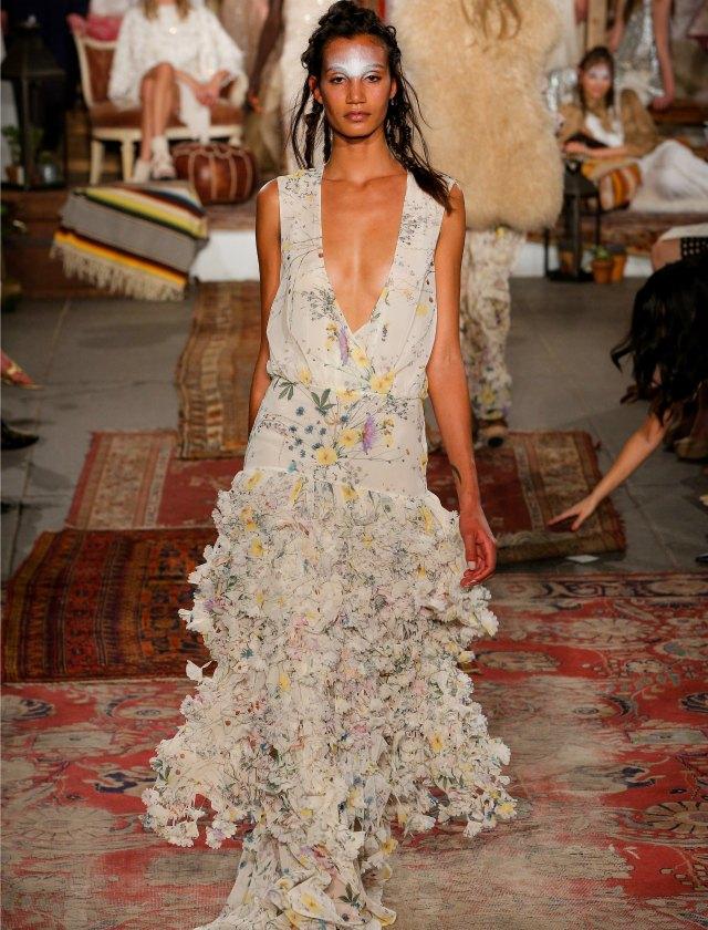 Houghton Brides incluye estampados flores y aires hippies. AFP