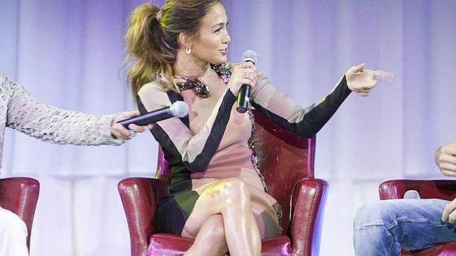 Jennifer López enseña la faja d forma involuntaria. EFE.