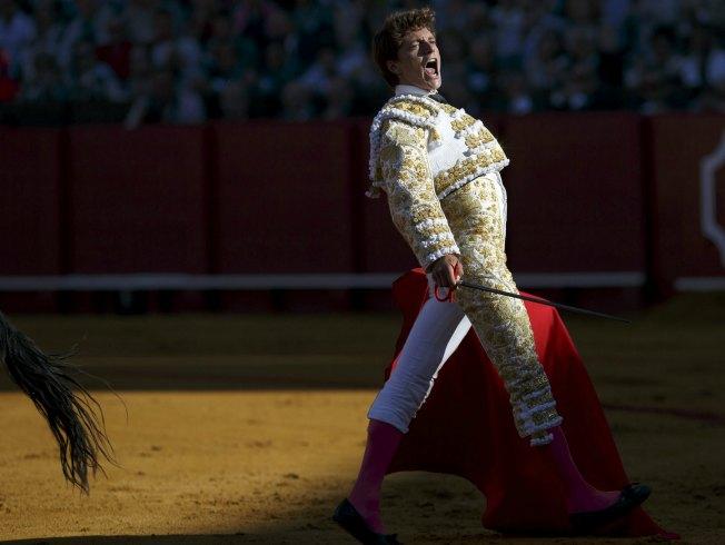 Lama de Góngora en su alternativa en la Maestranza estrenó traje de luces de Antonio García. Reuters.