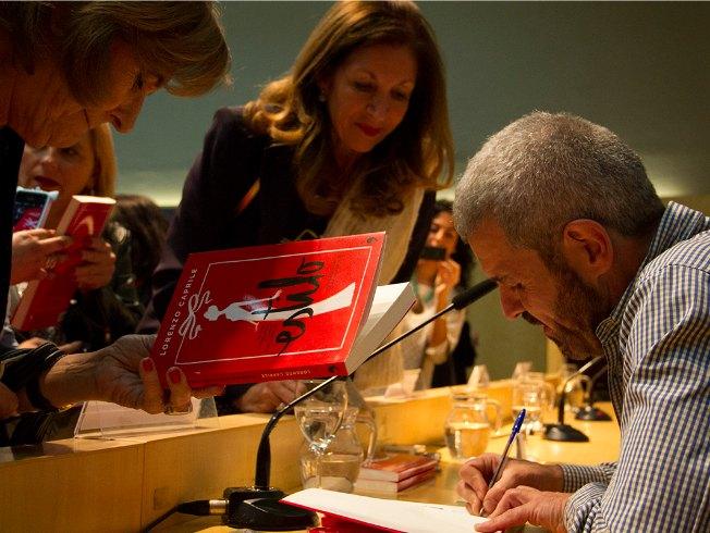 Lorenzo Caprile firma sus libros en una presentación en Sevilla