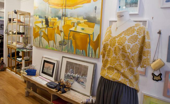 Pinturas de la artista Salomé Salazar decoran la moda de Magemta