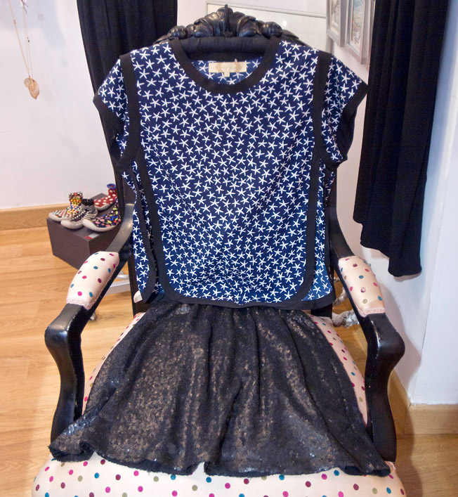 Camisa con estampado de estrellas de Bonsui y falda a la cintura de lentejuelas en negro mate