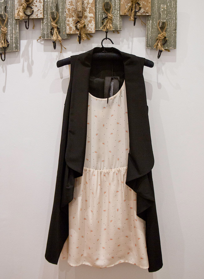 Vestido suelto en seda natural y chaleco en tejido de gabardina negro