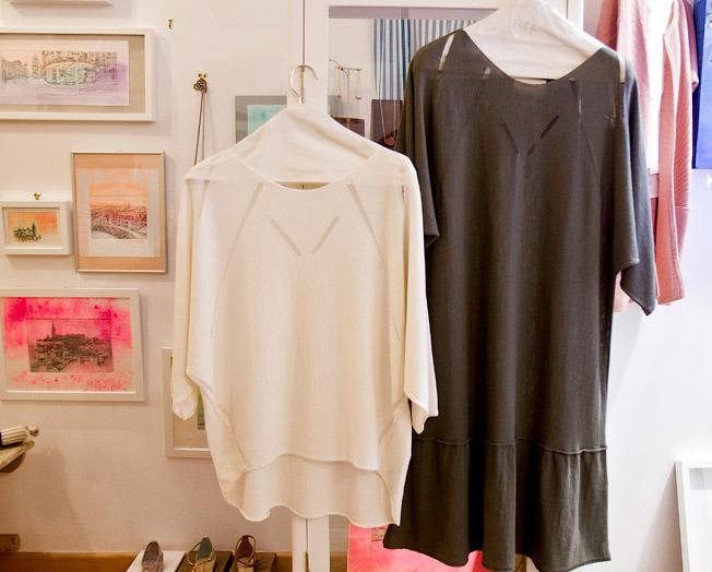 Vestido en punto de algodón de color kaki y cuerpo bajo 'tail hem' en tono natural
