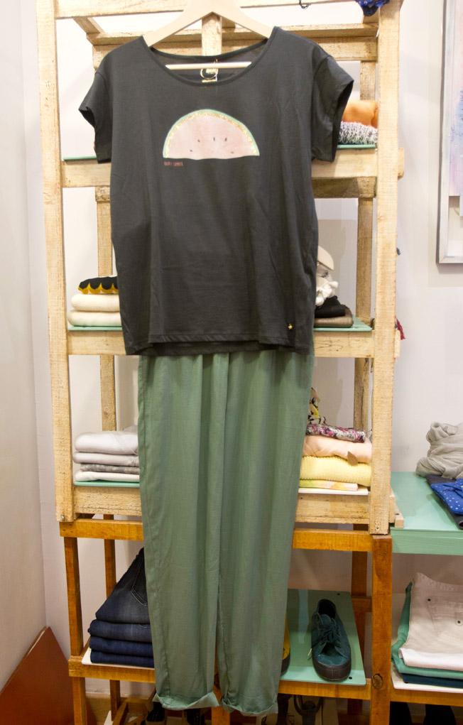Camiseta algodón pima con dibujo estampado y pantalón fluido en tono verde seco