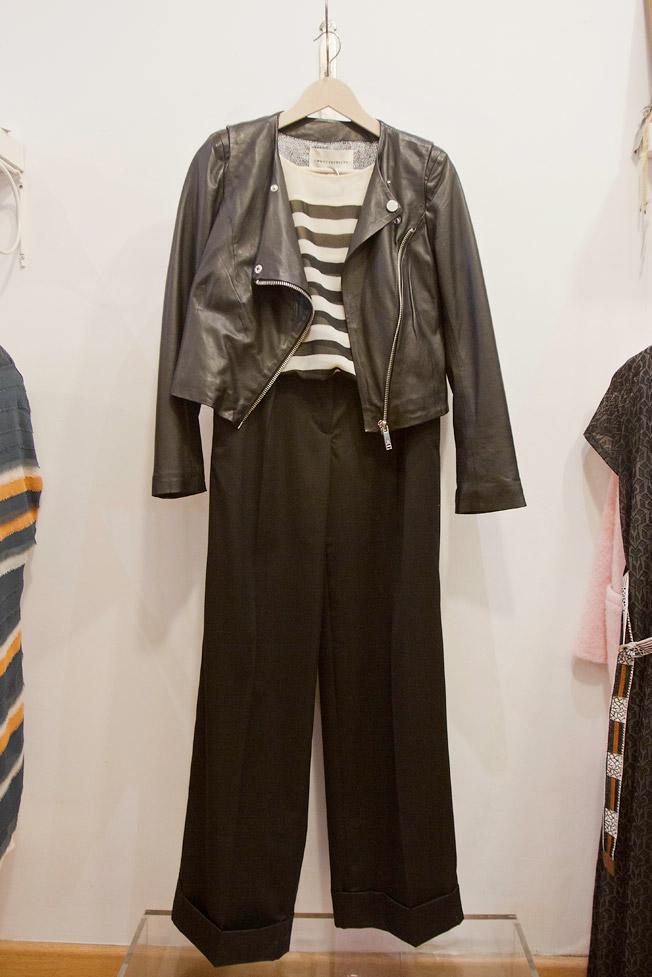 Perfecto de piel, camisa de rayas y pantalón de pata ancha en color negro