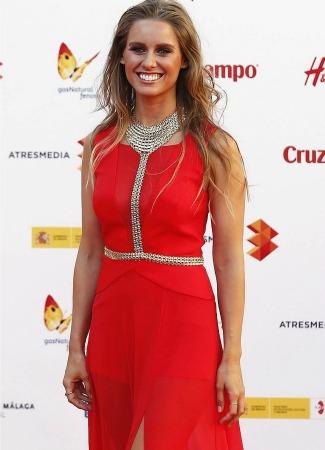 Manuela Vellés con vestido rojo en Málaga. EFE