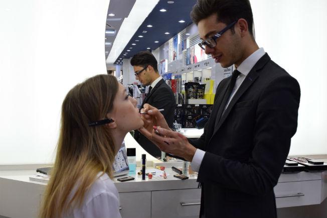 El maquillador Enrique Coronado realiza el maquillaje a una modelo de un desfile de moda nupcial.RP.
