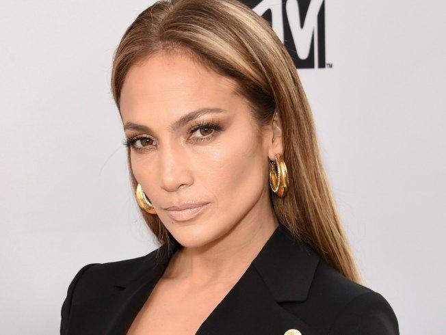 Jennifer Lopez es una de las famosas que suele peinarse con la raya en medio y el cabello suelto. AFP