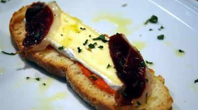 Tosta de salmorejo con queso brie y jamón de pato