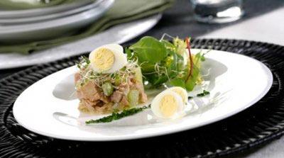 Tartar de bonito con huevos de codorniz