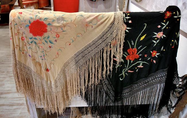 Mantones de Manila antiguos con enrejado de flecos y sofisticado bordado de flores
