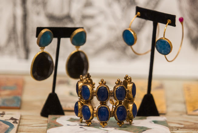 Pendientes y brazalete bañados en oro realizados con piedras naturales