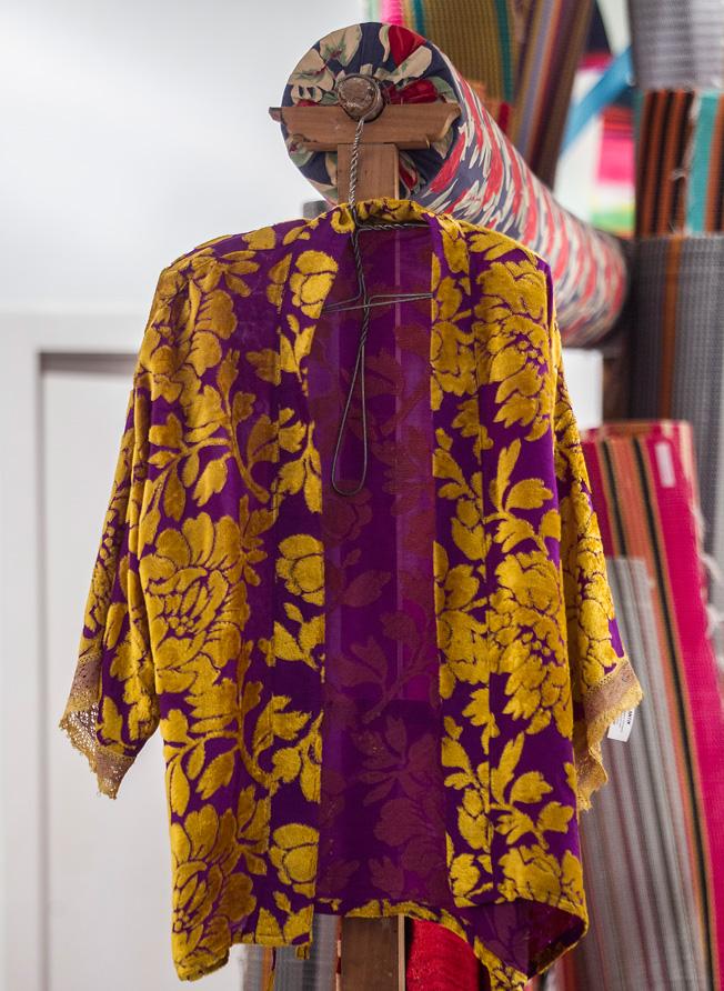 Kimono bordado con flores y puños de encaje dorado
