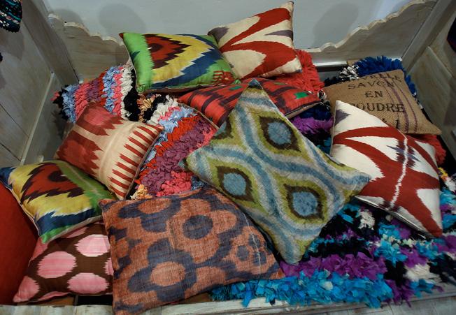 Cojines con fundas de textiles estampados con un estilo étnico