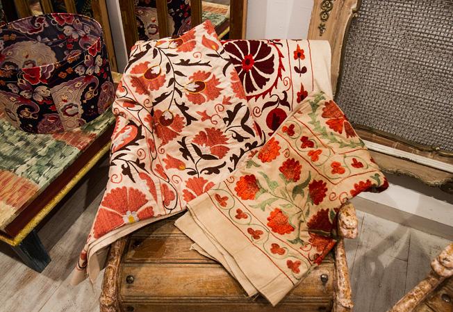 Tejidos bordados con tradicionales flores de colores