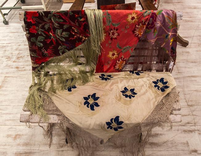 Mantones confeccionados y estampados a mano con tejidos de exquisita calidad