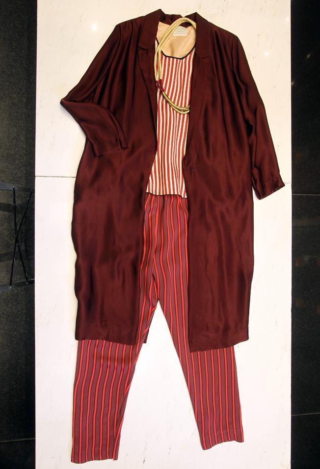 Pantalón y top de rallas con abrigo burdeos y collar, todo de la firma italiana Forte Forte