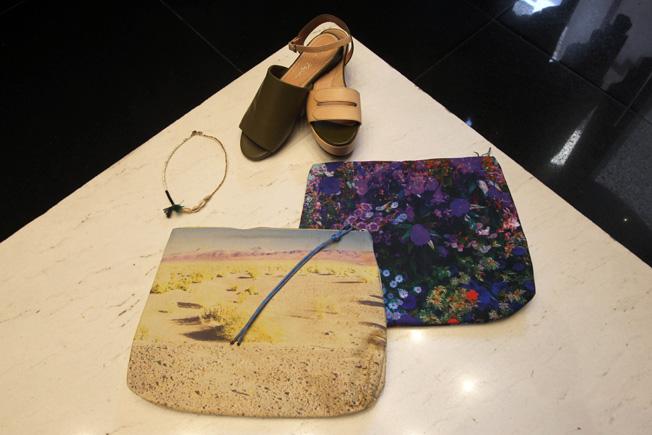 Collar, calzado en diferentes texturas y bolsos estampados con cierre de cremallera