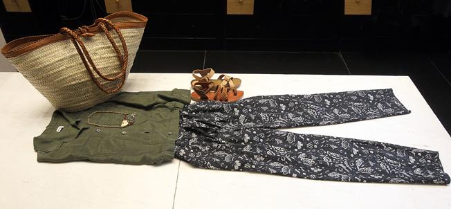 Pantalón de flores azul marino con camisa verde de seda y capazo de Masscob, collar de pez de la marca Circo y sandalias de piel