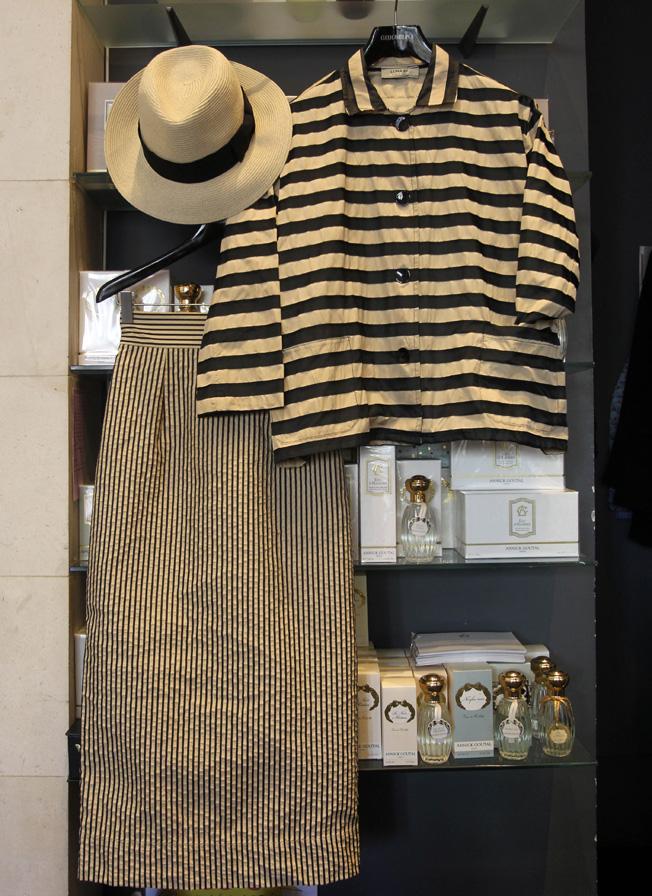 Conjunto de falda y chaqueta de rayas de la marca italiana Luna Bi, y sombrero de paja
