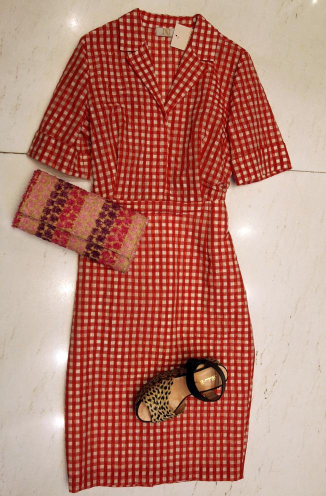 Vestido de cuadros rojo de Jorge Vázquez, clutch y sandalias con tira al tobillo