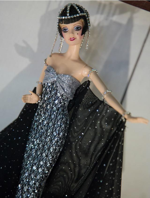 En la exposición se repasan todas las épocas de la historia de la moda y momentos de personajes famosos. BS